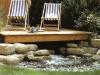 Lesena terasa nad vodo